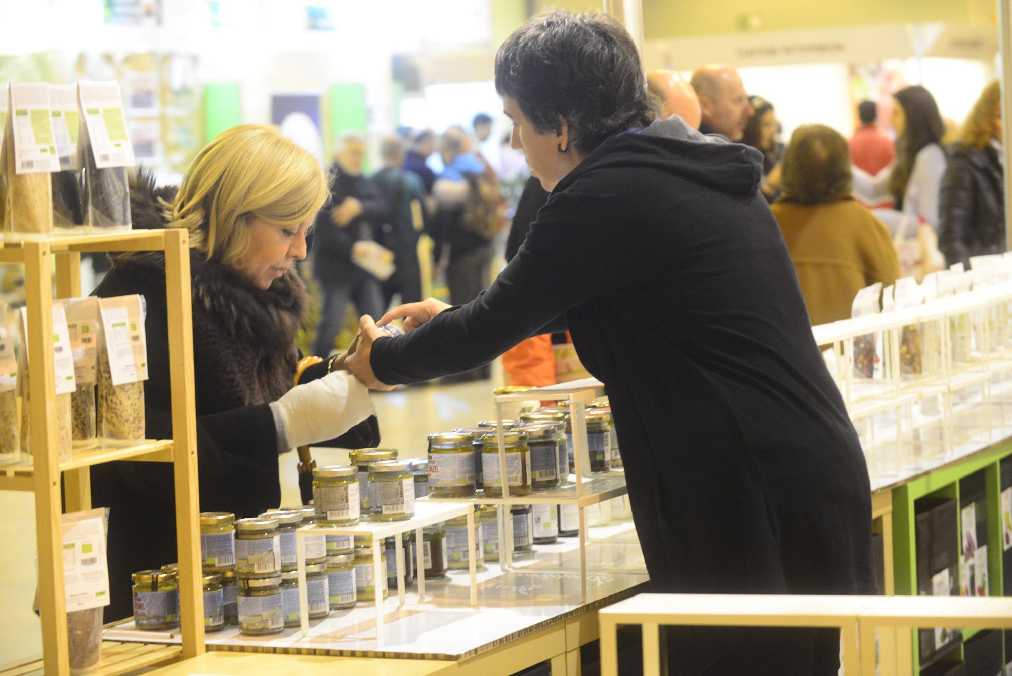 Expositores comercializando en BioCultura Sevilla