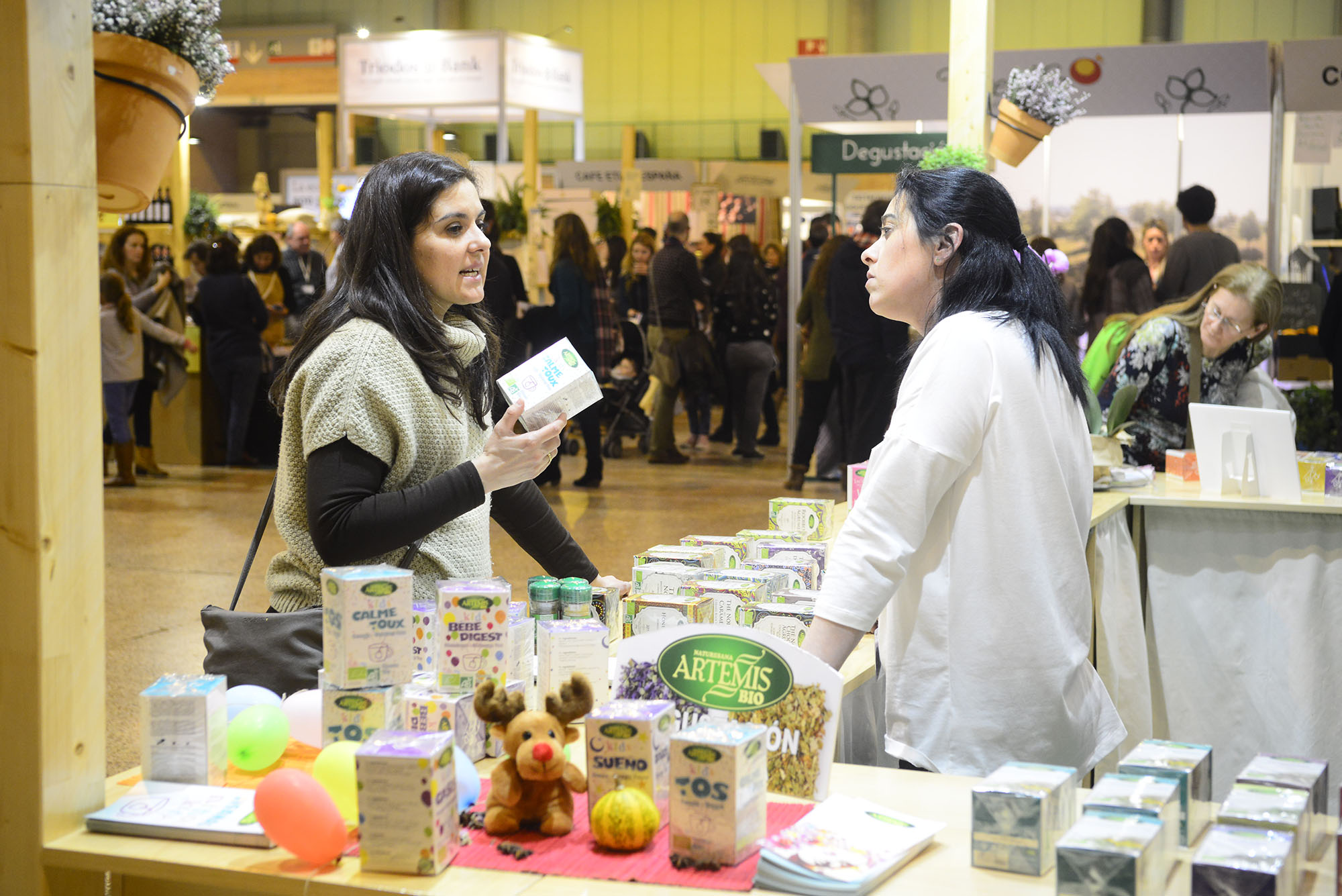 Expositores y visitantes en BioCultura Sevilla